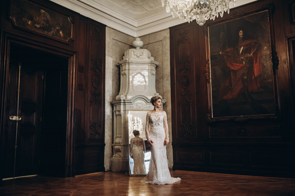 Beautiful chic wedding in the castle in Vienna`s suburb.