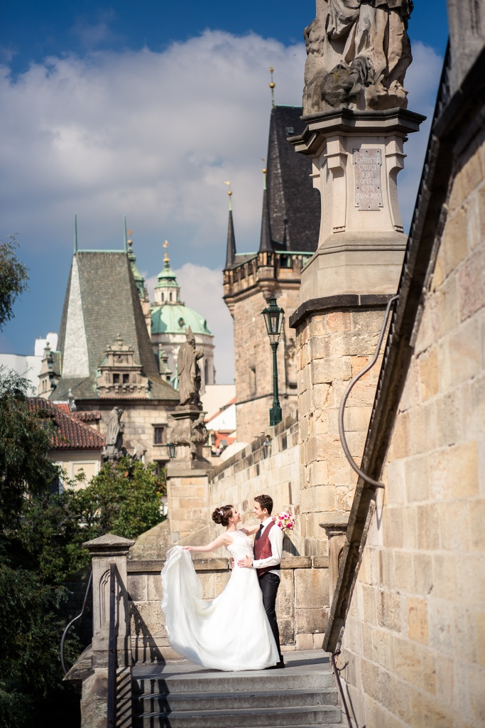 Wedding photographer in Prague, wedding walk in the beautiful city