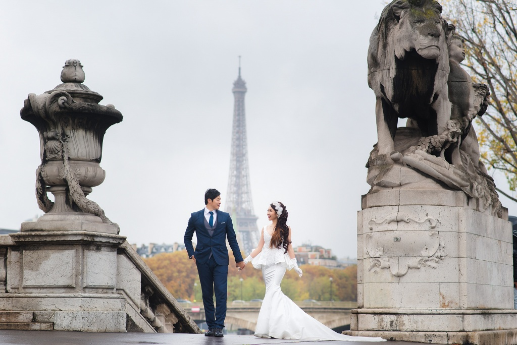 Couple photo session on Alexander 3 Bridge, Paris