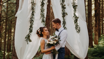 a beautiful wedding session in forest in Italy